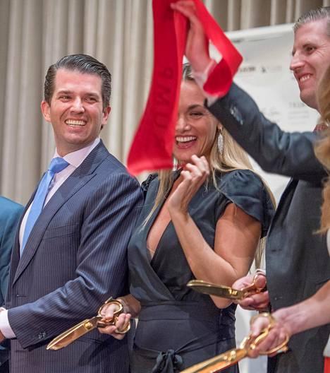 Donald Trump Jr (vas.), hänen Vanessa-vaimonsa ja veli Eric Trump Trump Towerin avajaisissa.