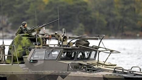 Ruotsin puolustusvoimien alus partioi Tukholman saaristossa lauantaina.