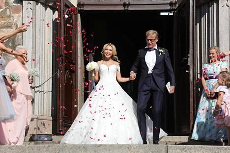 Terälehdet lentelivät, kun pariskunta astui ulos kirkosta.