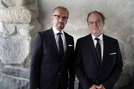 Jukka Puotila ja Juhani Laitala olivat Tapani Pertun työkavereita Kansallisteatterissa. He olivat kantamassa Pertun arkkua.