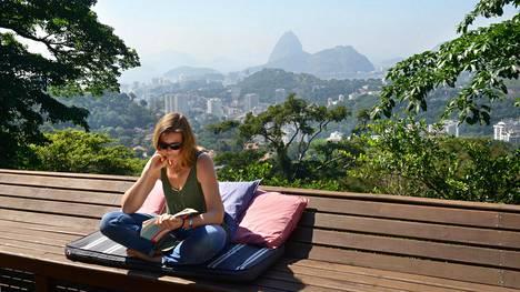 Mira asui ennen Malesiaan muuttoaan Brasiliassa, Rio de Janeirossa.