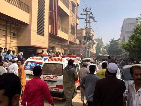 Ambulansseja menossa onnettomuuspaikkaa.