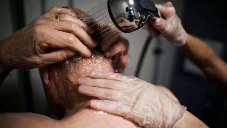 Mitä enemmän vanhus tarvitsee apua, sitä enemmän hänen hoitonsa maksaa.