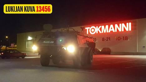 Poliisin apuun kutsuttiin myös Puolustusvoimien panssaroitu ajoneuvo.