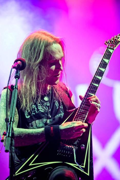 Alexi Laiho lavalla Children of Bodomin keikalla Helsingin Kaisaniemessä elokuussa 2019.
