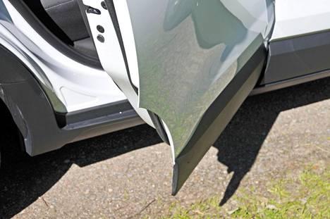 Auts! Takaovessa on avatessa ulos työntyvä, terävä kulma, jota sopii varoa parkkipaikoilla ja muutenkin: kulmaan on helppo kolhia itsensä vahingossa.