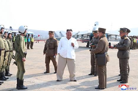 Kim Jong-un näytti varsin hyvinvoivalta kuvissa, jotka KCNA julkaisi 12. huhtikuuta. Niiden ottamisen ajankohta ei ole kuitenkaan tiedossa.