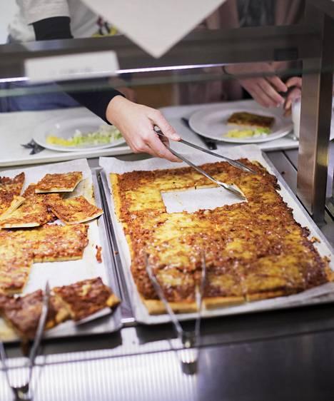Myös suomalaisissa kouluissa tarjotaan ajoittain ruoaksi pizzaa.