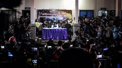 Chiang Rain kuvernööri Narongsak Osotthanakorn puhui toimittajille tiedotustilaisuudessa tiistaina.