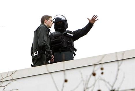 Poliisit surmakoulun katolla keskiviikkona.