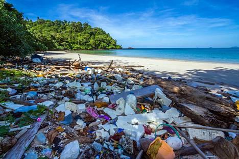 Thaimaan Koh Tarutao on julistettu kansallispuistoksi. Siitä huolimatta tämän vielä massaturismilta säästyneen saaren rannat ovat mereltä ajautuneen roskan peittämiä.