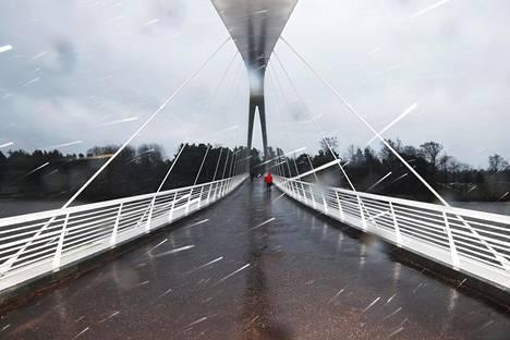 Lumeton Isoisänsilta (yllä) sai lumipeitteen (alla). Silta johtaa Helsingin Kalasatamasta Sompasaaren rajalta Mustikkamaalle.