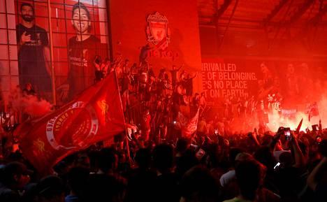 Liverpoolin fanit juhlimassa torstaiyönä Anfield Roadin edustalla.