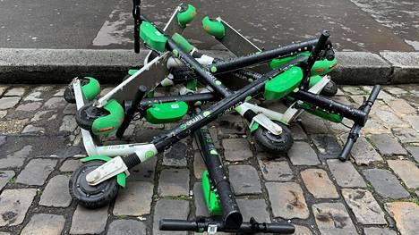 Amerikkalaisen Lime-yhtiön sähköpotkulautoja kasassa kadulla Pariisissa 19. toukokuuta.
