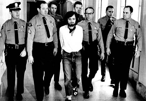 Poliisit kuljettivat Charles Mansonia vuonna 1971.