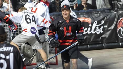 Jere Lehtinen, 47, tositoimissa Street Hockey Tourin hyväntekeväisyysottelussa lauantaina.