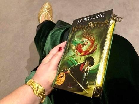 Saara Tiuraniemen iltapukueleganssia täydentää Harry Potter ja Salaisuuksien kammio-kirjasta tehty laukku.