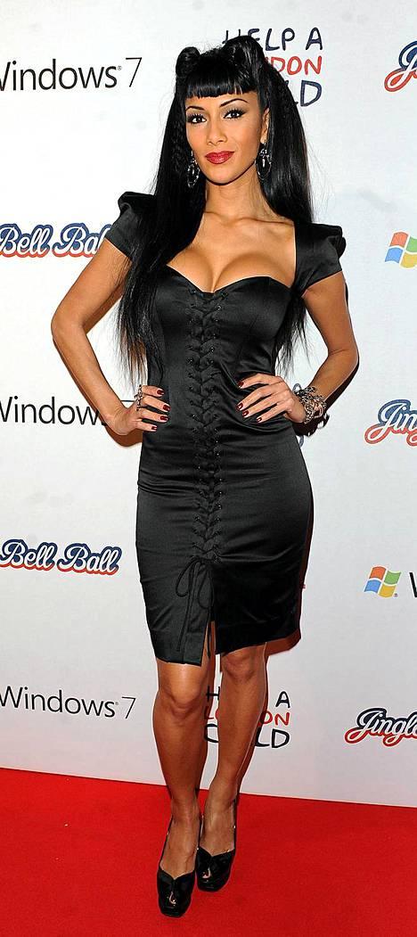 Uhkea Nicole oli pukeutunut mustaan satiinimekkoon poseeratessaan kuvaajille.
