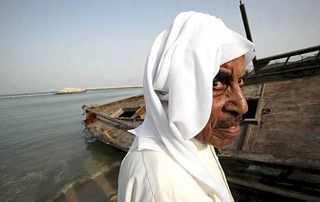 Nykyään öljy on Kuwaitin helmi. Ennen öljyvarojen löytymistä helmenkalastuksella oli merkittävä osa Kuwaitin taloudessa. Helmenpyynnin perinteitä pitää yllä helmenkalastusfestivaali. Kuwaitilainen kapteeni Khalefa al-Rashed osallistuu helmensukellusfestivaalin valmisteluihin Kuwait Cityssä. Tapahtuma pidetään vuosittain kuwaitilaisen emiirin tukemana. Nykyisin vauraan öljyvaltio Kuwaitin viennistä ja valtion tuloista yli 90 prosenttia on peräisin öljystä.