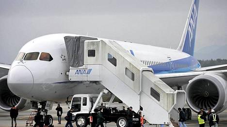 Japanin ilmaisluviranomaiset asettivat Boeing 787 Dreamliner -koneet lentokieltoon sen jälkeen, kun All Nippon Airwaysin kone teki keskiviikkona hätälaskun akkuvian takia.