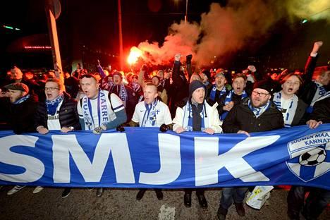Suomen maajoukkueen kannattajat marssivat Töölön stadionille Suomi–Liechtenstein-otteluun marraskuussa 2019. Jo tuona iltana alkoi EM-kisamatkan suunnittelu. Matka toteutuu vasta yli puolitoista vuotta myöhemmin.