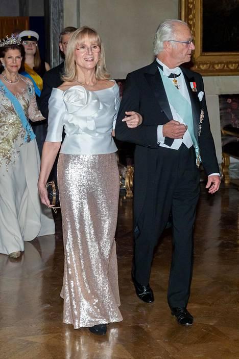 Paljettipintaa, aivan kuin meilläkin itsenäisyyspäivänä. Kuningas Kaarle Kustaa ja Evi Heldin.