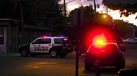 Poliisi piiritti taloa Trentonissa.