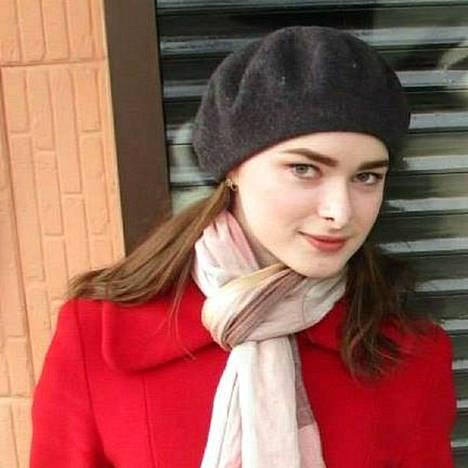 Anastasija Jeshtshenko oli jatko-opiskelijana Pietarin valtionyliopistossa. Juuri ennen surmaansa hän valitti veljelleen miesystävänsä Oleg Sokolovin asettamista rajoituksista, kun tämä ei päästänyt häntä ystävän syntymäpäiville.