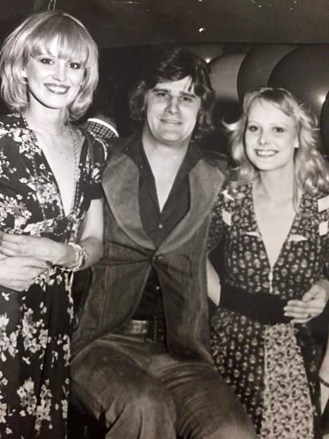 Mallikaunottaret Kerstin ja Marika veivät vuonna 1973 Pariisissa suomalaista kauneutta maailmalle. Keskellä Frederik.
