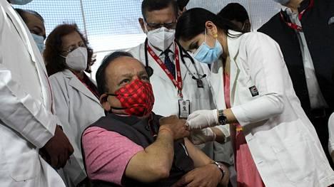 New Delhissä Intiassa aloitettiin tiistaina yli 60-vuotiaiden koronarokotukset.