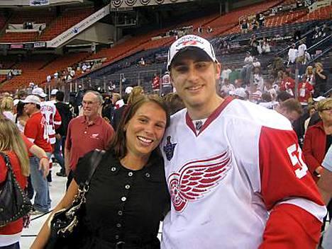 Avovaimo Heidi Jaakkola oli ensimmäisten joukossa onnittelemassa Valtteri Filppulaa Detroit Red Wingsin voitettua Stanley Cupin.