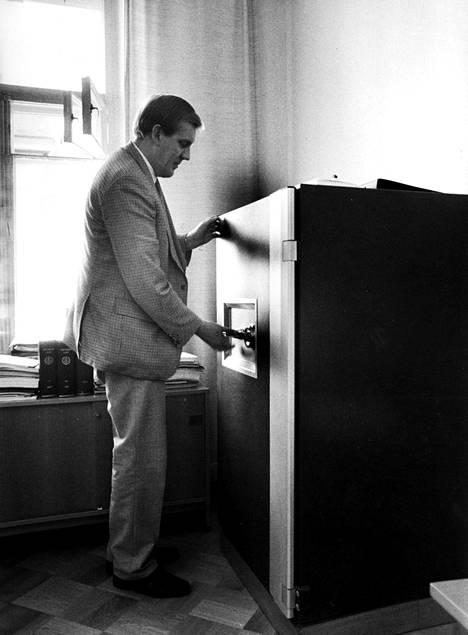 Seppo Tiitinen pani 18 nimen Stasi-listan Supon kassakappiin kesällä 1990. Lista on pysynyt salaisena siitä lähtien ja pysynee salassa vuoteen 2050 asti.