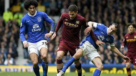 Manchester Cityn Javi Garcialla oli tila vähissä Evertonin Marouane Fellainin (vas.) ja Leon Osmanin (oik.) puristuksessa.