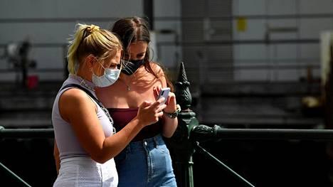Koronaviruspandemia on tuonut hengityssuojaimet katukuvaan myös Australiassa. Kuva Sydneysta keskiviikolta.