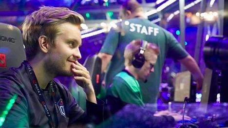 """Jesse """"JerAx"""" Vainikka voitti kisat viime vuonna osana OG-joukkuetta. Taustalla näkyy joukkuetoveri Topias """"Topson"""" Taavitsainen."""