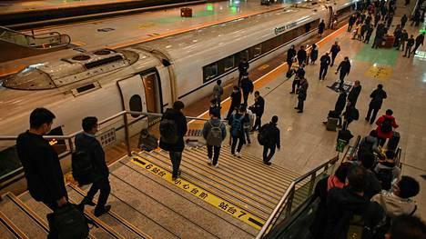 Matkustajia Wuhanin rautatieasemalla 25. marraskuuta 2020.
