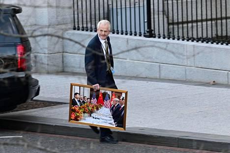 Presidentin neuvonantaja Peter Navarro kuvattiin kävelevän Valkoisesta talosta kädessään valokuva, joka on Trumpin ja Kiinan presidentti Xi Jinpingin tapaamisesta.