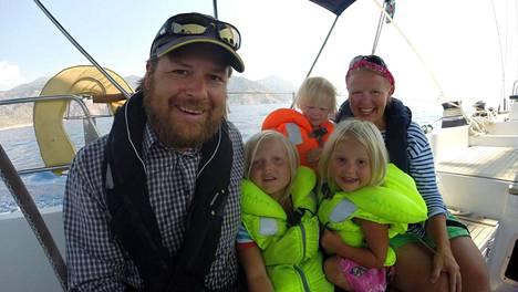 Meretniemen perheen unelmien reissu alkaa kesäkuussa 2016. Kuvassa alhaalla Tuomo, Aarre ja Kerttu Meretniemi. Ylhäällä vasemmalta alkaen Martta ja Riikka Meretniemi.