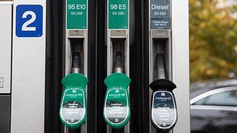 Suomen EU:lle ja muulle maailmalle lupaamien massiivisten ilmastopäästövähennysten suurin potentiaali on tieliikenteessä. Valtiovarainministeriön laskukaavan soveltaminen osoittaa vähintäänkin sen, että pelkkää polttoaineen hintaa muuttamalla tehtävät lyhyen aikavälin päästövähennykset edellyttävät huomattavan radikaaleja euromuutoksia.