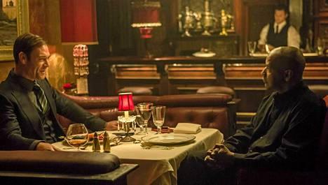 Teddy (Marton Csokas) ja McCall (Denzel Washington) keskustelevat bisneksistään.
