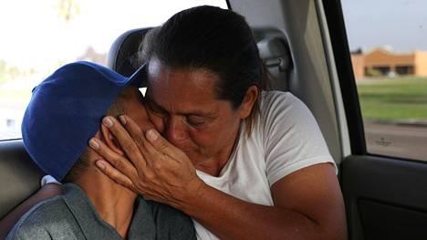 Sadat siirtolaislapset ovat yhä ilman vanhempiaan Yhdysvalloissa, vaikka hallitukselle asetettu aikaraja perheiden yhdistämiseksi meni umpeen torstaina. Maria Marroquin Perdomo pääsi jälleen yhteen poikansa kanssa 14. heinäkuuta.