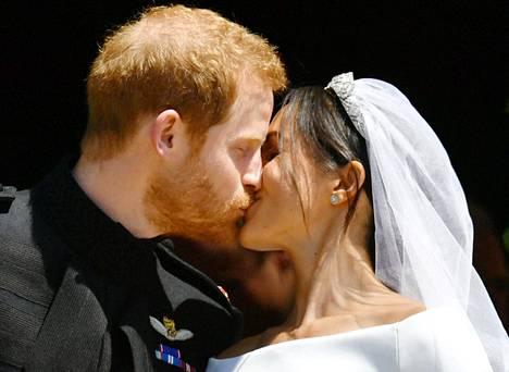 Mikä suudelma! Tuoreen avioparin hellä hetki oli yksi häiden kohokohtia.