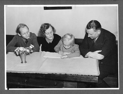 Lindgrenin perhe Lars, Astrid, Karin ja Sture vuonna 1941 kotonaan Tukholman Vulcanusgatanilla.