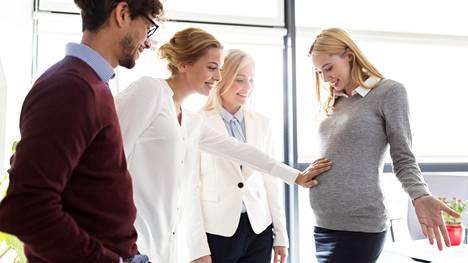 """Myös sukulaiset ja ystävät antavat mielellään lempinimiä syntymättömälle lapselle. """"Olin aikoinaan työkaverini kanssa samaan aikaan raskaana ja hän kutsui tulevaa lastani Väinö-Päivikiksi, ja niin nimeksi vakiintui Väpä"""", kertoo nimimerkki Mari."""