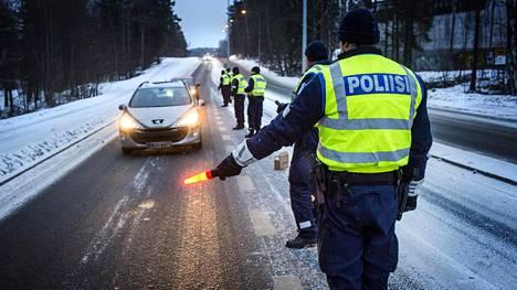 Poliisin puhallutusratsia Tattarisuontiellä Helsingissä 2015. Alkoholi on iso riskitekijä liikenteessä, erityisesti nuorten kuljettajien kohdalla. Liikenneturvan mukaan henkilövahinkoon johtaneiden rattijuopumusonnettomuuksien kuljettajista nuoria on noin 40 prosenttia.
