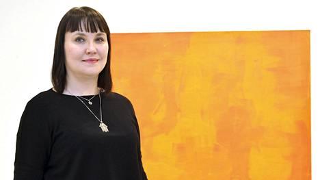 Maaria Oikarinen juhli yhtaikaa romaaniaan ja näyttelynsä avajaisia. Jotkut maalauksista syntyivät syksyllä, kun hän oli selvinnyt sairautensa masennusvaiheesta.