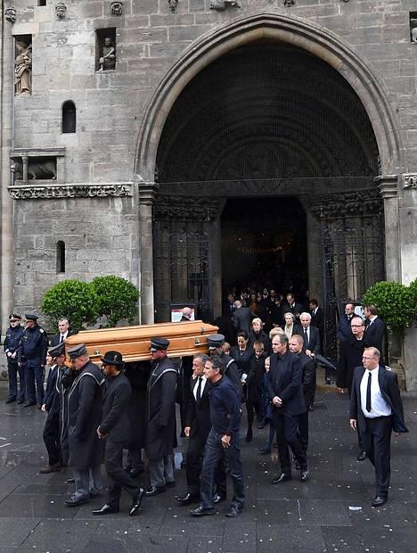 Omaiset ja muu hautajaisväki saattelivat Niki Laudan viimeiselle matkalle.