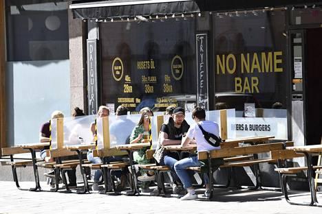 Tukholmalaisen baarin terassilla nautittiin auringosta viikonloppuna.
