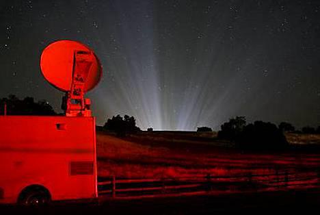 Neverlandin valot säihkyvät kaukaa televisioyhtiön lähetysauton päivystäessä tilan ulkopuolella.