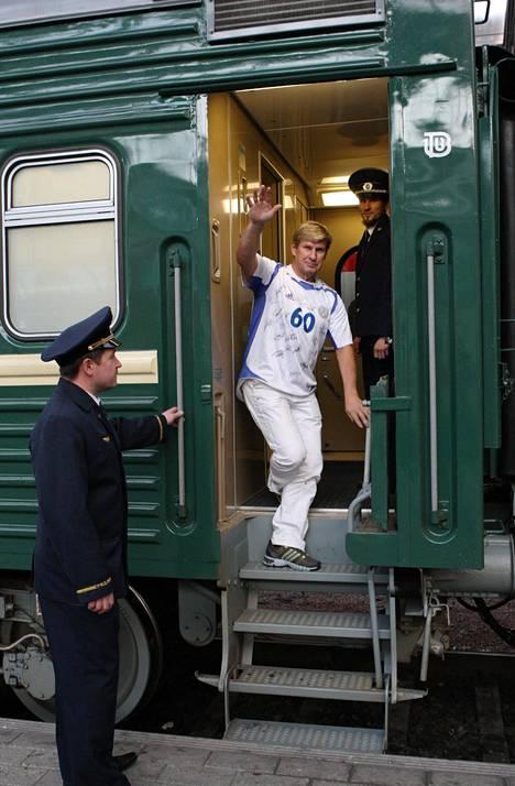 Olli Paavilainen hyppäsi suomalaiskannattajien tilausjunaan, joka matkasi MM-karsintaotteluun Moskovaan lokakuussa 2008. Tuolloin hänellä oli yllään 60-vuotislahjaksi saatu Huuhkajien pelipaita, johon koko maajoukkue oli kirjoittanut nimmarinsa.